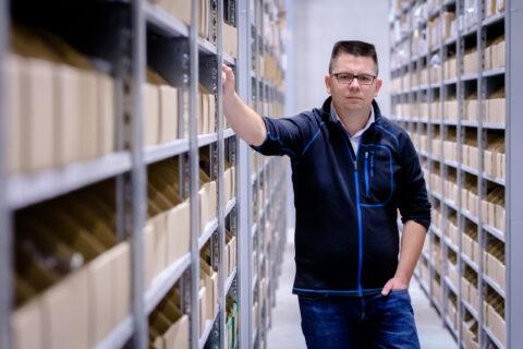 Geschäftsführer Dirk Graber in der Logistik
