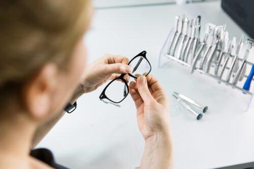 Die Mister Spex Optikermeister verglasen kundeneigene Brillen neu